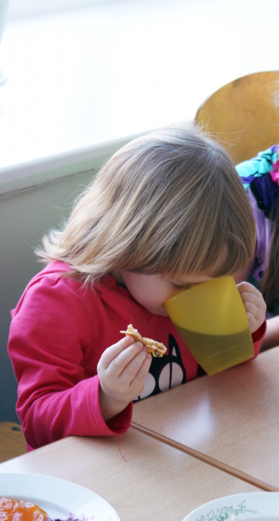 Дети пьют чай